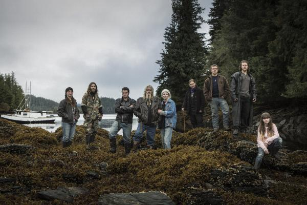 Bild 1 von 1: The Brown family on Coon Island off the coast of Alaska. Parents Billy and Ami with there children Matt, Jahua, Soloman, Gabe, Noah, Snowbird and Raindrop.