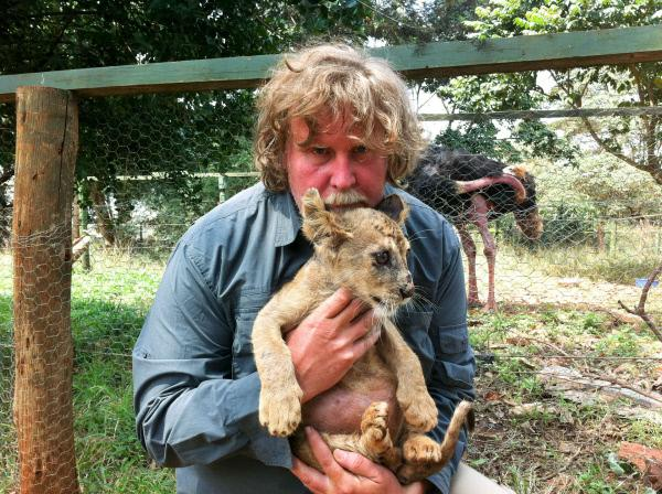 Bild 1 von 8: Udo Maurer im Tierwaisenhaus von Nairobi.