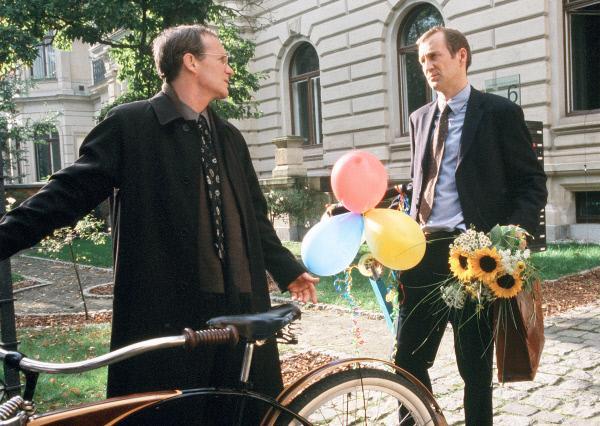 Bild 1 von 10: Der Anwalt Peter Beilhorn (August Zirner, links) versucht seinen Freund Frank Neu (Peter Lohmeyer) zu einem Bier nach Feierabend zu überreden.