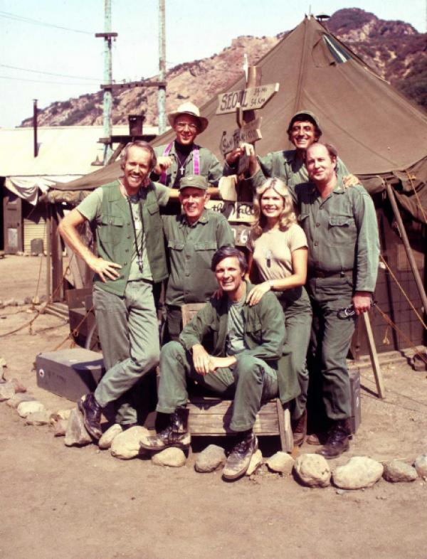 Bild 1 von 4: (v.l.) Hunnicut (Mike Farrell), Father Mulchy (William Christopher), Potter (Harry Morgan), Pierce (Alan Alda), Houlihan (Loretta Swit), Klinger (Jamie Farr) und Winchester (David Ogden Stiers)