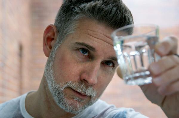 Bild 1 von 2: Kein Lebensmittel in Deutschland wird so streng kontrolliert wie unser Trinkwasser. Aber wie ist es um seine Qualität wirklich bestellt? Moderator Sven Oswald begibt sich auf die Suche nach neuen Erkenntnissen. - Reporter Sven Oswald macht den Selbsttest