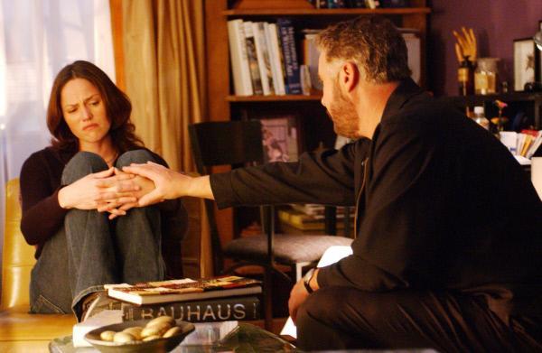 Bild 1 von 21: Sara (Jorja Fox) vertraut Grissom (William Petersen) bewegt an, dass Ereignisse in ihrer Kindheit dazu geführt haben, dass sie in Fällen von häuslicher Gewalt so emotional reagiert.