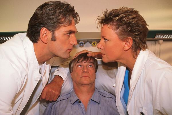 Bild 1 von 9: Patient Krause (Jochen Busse, M.) wird unfreiwillig Zeuge, als sich Nikola (Mariele Millowitsch) und Dr. Schmidt (Walter Sittler) mal wieder so richtig die Meinung sagen.