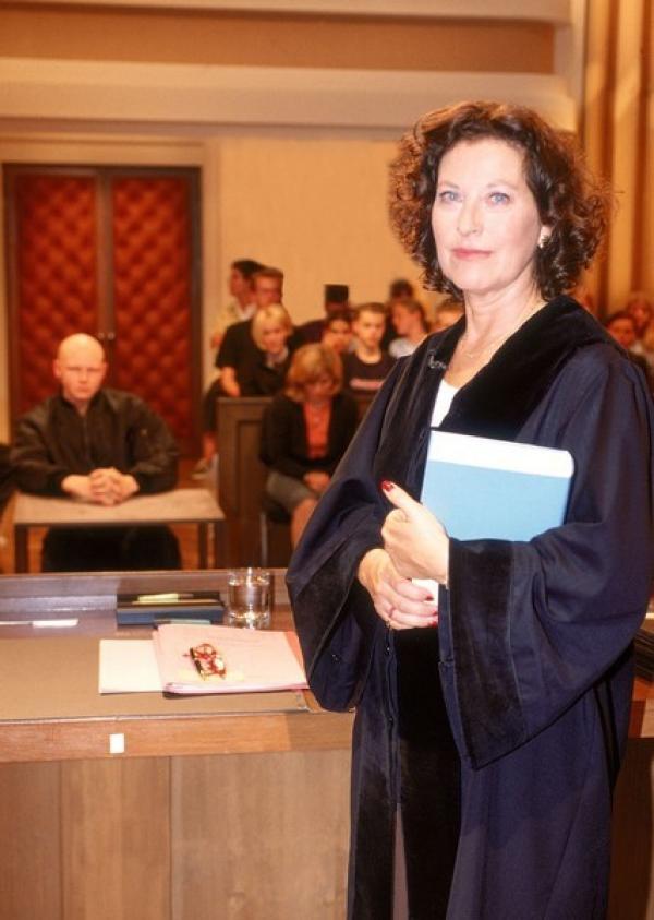 Bild 1 von 7: Richterin Dr. Ruth Herz führt die Verhandlungen objektiv, souverän und einfühlsam. Sie deckt die Geschichte hinter der Tat auf und versucht mit ihren Urteilen, Jugendlichen eine Chance zu geben.