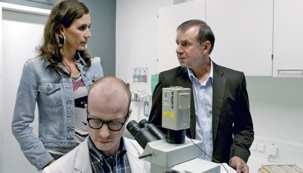 Bild 1 von 5: Rechtsmediziner (Gerrit Jansen, vorn), die Hauptkommissare Conny Mey (Nina Kunzendorf) und Frank Steier (Joachim Król).