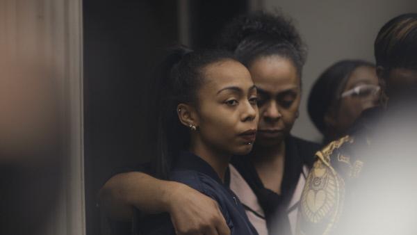 Bild 1 von 7: Shannon, die Freundin des Opfers, mit dessen Mutter vor dem Gerichtsgebäude.