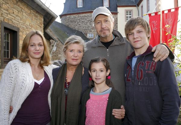 Bild 1 von 10: Iris (Jutta Speidel, 2. von links) und ihr Mann Christian (Reiner Schöne) sind froh, dass Merrit (Sonsee Neu, links) mit den beiden Kindern Jule (Laura Antonia Roge) und Max (Max von der Groeben, rechts) zu Besuch sind.