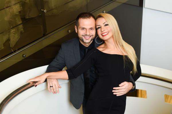 Bild 1 von 9: Nihal und ihr Mann Arif Saridemir haben das Geschäft vor acht Jahren zusammen eröffnet. Er ist gelernter Schneider und leitet die Herrenabteilung. Nihal, gelernte Designerin, leitet die Damenabteilung inklusive VIP-Raum.