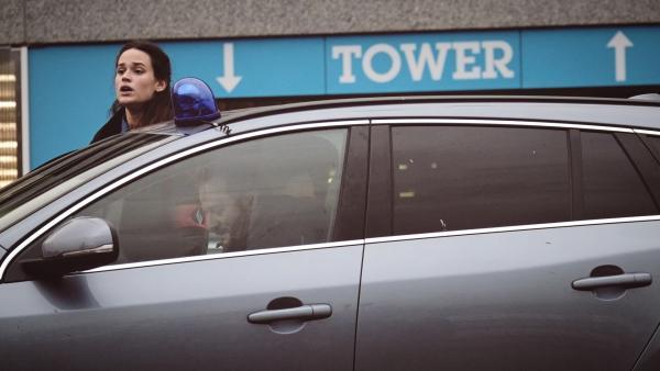 Bild 1 von 5: Samuel Leroy (Patrick Ridremont) und Billie Vebber (Constance Gay) kommen am Tatort an.