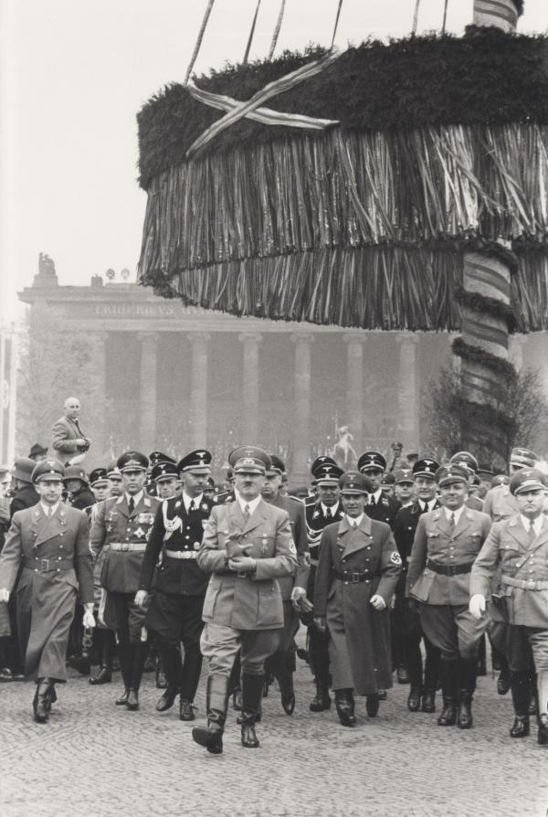 Bild 1 von 3: 1939: Hitler mit Himmler und Goebbels am 1. Mai in Berlin.