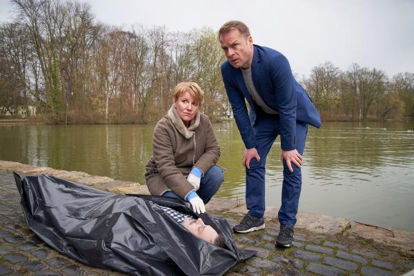 Bild 1 von 5: Die Ermittler Marie Brand (Mariele Millowitsch) und Jürgen Simmel (Hinnerk Schönemann) am Tatort. Simmel verfolgt einen BMX-Fahrer, aber der entkommt.