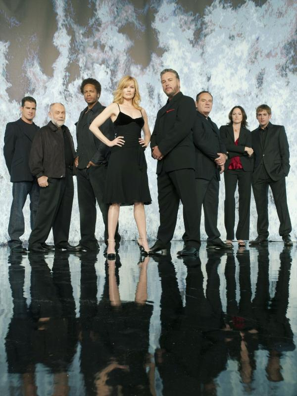 Bild 1 von 5: Das CSI-Team der Polizei von Las Vegas: (v.li.) Nick Stokes (George Eads), Dr. Al Robbins (Robert David Hall), Warrick Brown (Gary Dourdan), Catherine Willows (Marg Helgenberger), Gil Grissom (William Petersen), Capt. Jim Brass (Paul Guilfoyle), Sara Sidle (Jorja Fox) und Greg Sanders (Eric Szmanda)