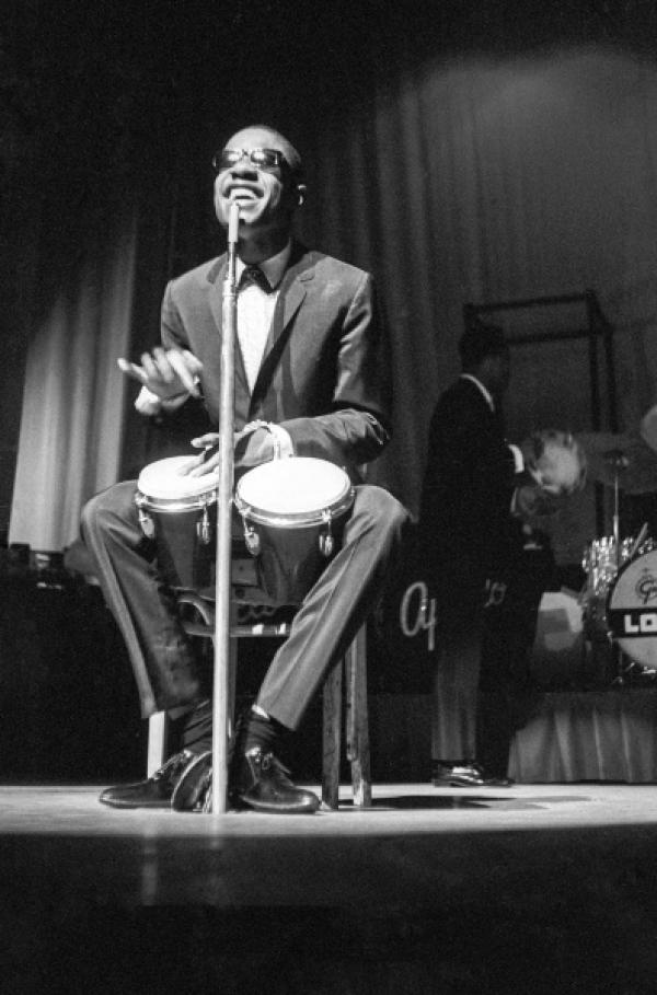Bild 1 von 3: Stevie Wonder, ein großer Name in der amerikanischen Musik, im Konzert um 1960