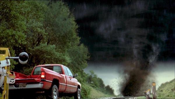 Bild 1 von 9: Der Tornado bewegt sich mit enormer Geschwindigkeit auf die Forscher zu..
