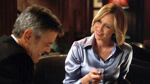 Bild 1 von 6: Während einer Geschäftsreise lernt Ryan (George Clooney) Alex (Vera Famiga) kennen