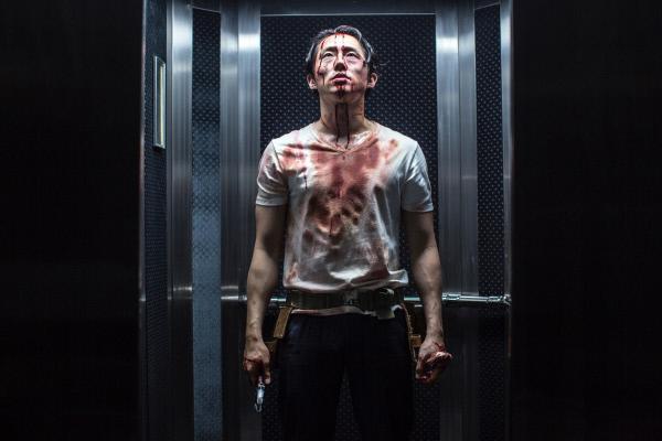 Bild 1 von 5: Derek Cho (Steven Yeun) wird zu Unrecht von seinem Arbeitgeber gefeuert. Doch kurze Zeit später bricht im Gebäude ein gefährliches Virus aus, welches bewirkt, dass die Infizierten willenlos ihren niedersten Impulsen folgen und selbst eine kleine Streiterei in Mord und Totschlag endet.
