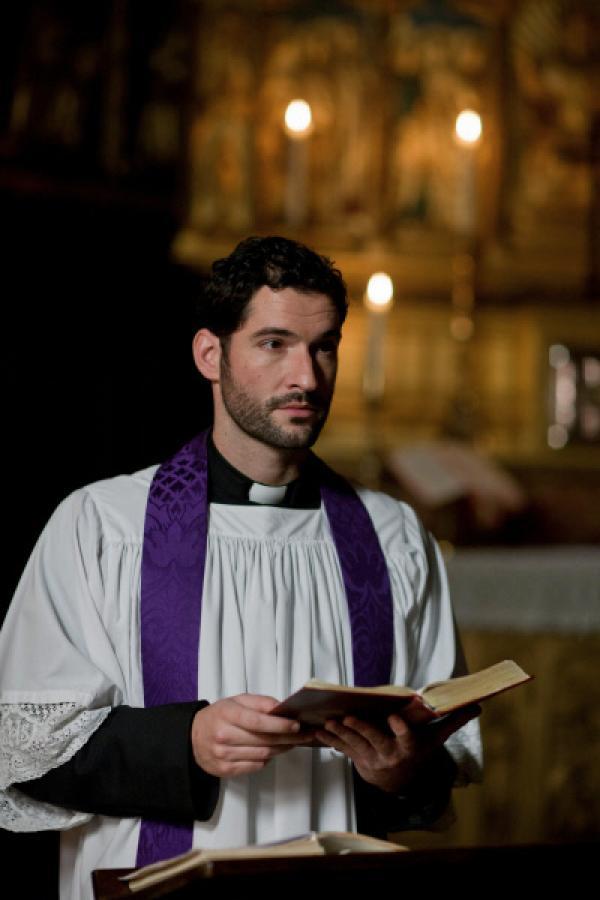 Bild 1 von 11: Father Jacobs (Tom Ellis).