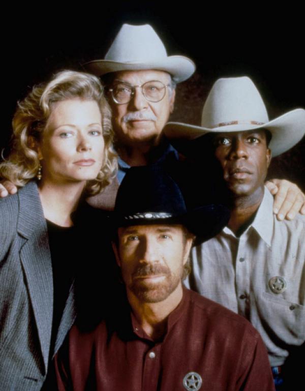 Bild 1 von 7: Alex Cahill (Sheree J. Wilson), Cordell Walker (Chuck Norris, vorne), C.D. Parker (Noble Willingham) und James Trivette (Clarence Gilyard Jr.)