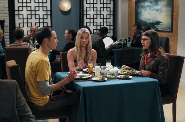 Bild 1 von 21: Penny (Kaley Cuoco, M.) startet einen neuen Verkupplungsversuch zwischen Sheldon (Jim Parsons, l.) und Amy (Mayim Bialik, r.) ...
