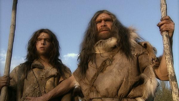 Bild 1 von 5: Zwei Neandertaler (Darsteller unbekannt) schauen in die Ferne.