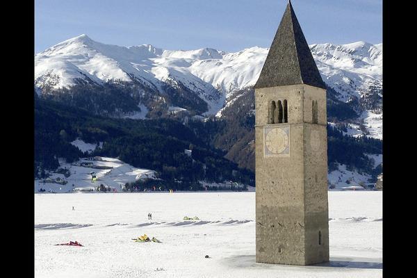 Bild 1 von 5: Der Reschensee im Winter