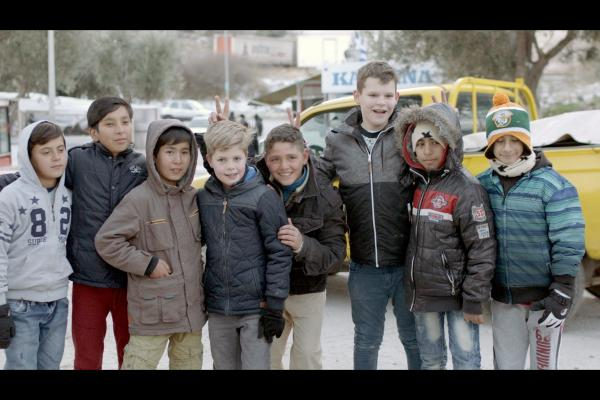 Bild 1 von 2: Der zehnjährige Sil (4.v.l.) und der elfjährige Merlijn (3.v.r.) haben eine Woche in einem Flüchtlingslager auf der Insel Lesbos verbracht.