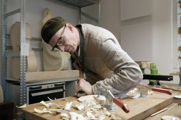 Bild 1 von 3: Martin Schleske bei der Arbeit im Meisteratelier für Geigenbau Schleske in Landsberg am Lech.