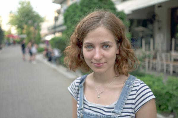 Bild 1 von 6: Vera arbeitet im Rahmen des Erasmus-Austauschprogramms als freilwillige Helferin in einem Flüchtlingscamp in Serres.