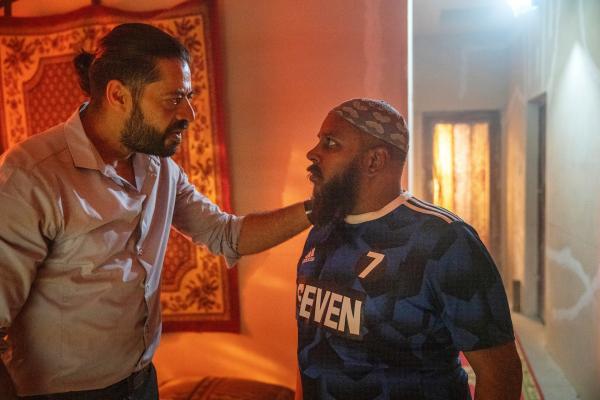 Bild 1 von 10: Der Anschlag steht unmittelbar bevor: Tahir (Tamer Burjaq, l.) gibt Baboo (Kaseran Pillay, r.) letzte Instruktionen.