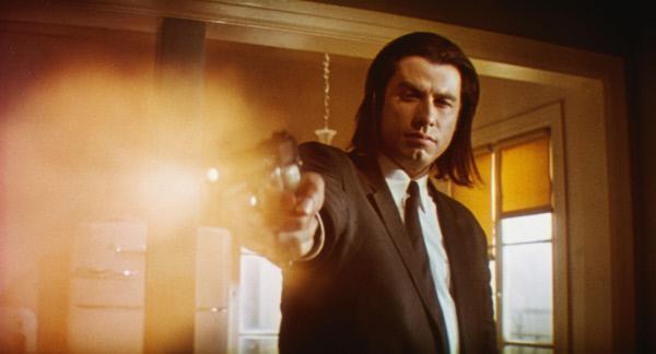 Bild 1 von 14: Vincent (John Travolta) ist ein Auftragskiller. Zusammen mit seinem Partner soll er einen mysteriösen Koffer aus den Händen von ein paar Kleinganoven beschaffen.