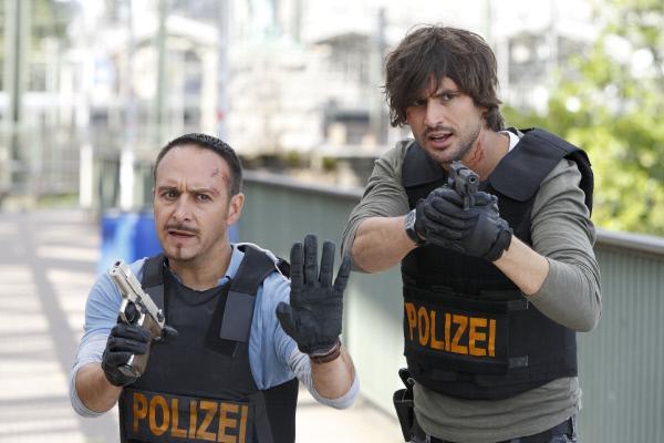 Bild 1 von 9: Semir (Erdogan Atalay, l.) und Ben (Tom Beck) konnten Schäffer zwar in die Enge treiben, doch nun droht er ihnen mit einer Handgranate...
