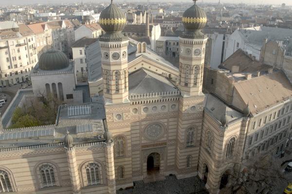 Bild 1 von 4: In der Großen Synagoge in Budapest finden über 3.000 Gläubige Platz.