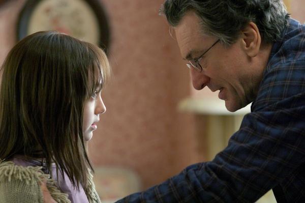 Bild 1 von 14: David (Robert De Niro, r.) will Antworten von Töchterchen Emily (Dakota Fanning, l.): Wer ist ihr mysteriöser Freund Charly?