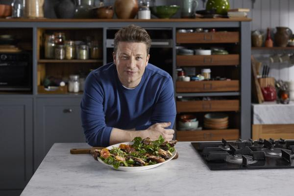 Bild 1 von 6: Rezepte mit einer minimalen Anzahl an Zutaten kreieren, um den maximalen Geschmack zu liefern? Jamie Oliver zeigt, wie das hinhaut ...