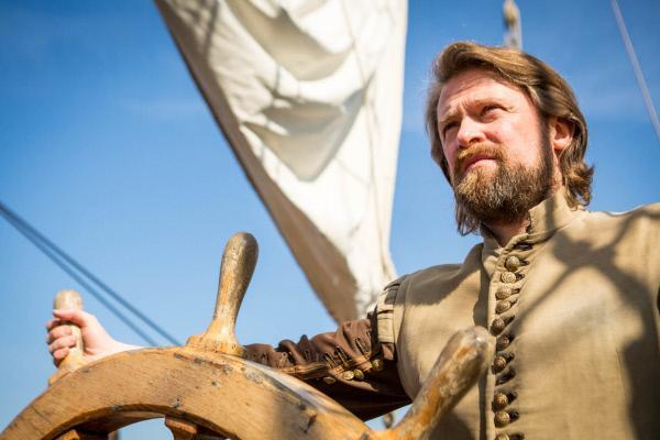 Bild 1 von 6: Sir Francis Drake am Steuerrad der \