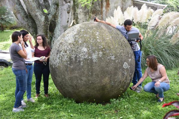 Bild 1 von 12: Die Dichtemessung des Wissenschaftsteam aus Costa Rica führt zu einer relativ genauen Gewichtsbestimmung, diese Kugel wiegt über zehn Tonnen.
