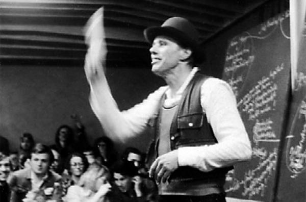 Bild 1 von 5: Joseph Beuys während seines Vortrags ?Jeder Mensch ein Künstler ? Auf dem Weg zur Freiheitsgestalt des sozialen Organismus? in Achberg 1978