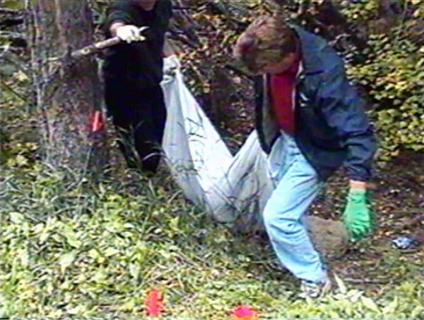 Bild 1 von 4: Die Ermittler werden durch unverkennbare Reifenabdrücke auf die Spur des Mörders geführt.