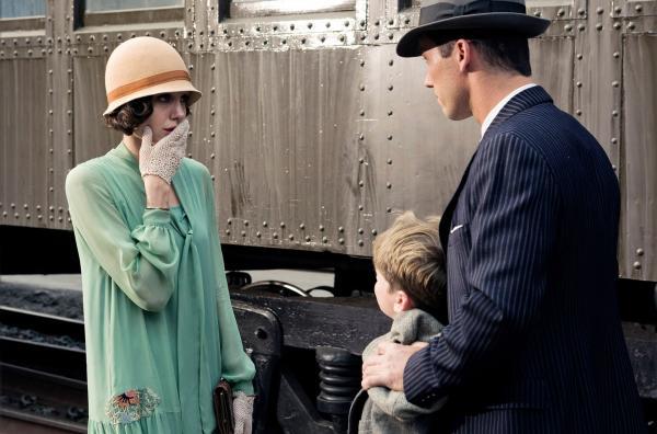 Bild 1 von 7: Der Polizeibeamte J. J. Jones (Jeffrey Donovan, re.) behauptet gegenüber Christine Collins (Angelina Jolie), dass der Junge (Devon Conti, Mi.), der vor ihr steht, ihr Sohn Walter sei.