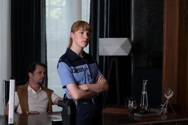 Bild 1 von 5: Die Polizistin Betti Steiner (Viktoria Schulz) befragt Dr. Kleemann (Christian Kuchenbuch) in seiner Privatklinik.