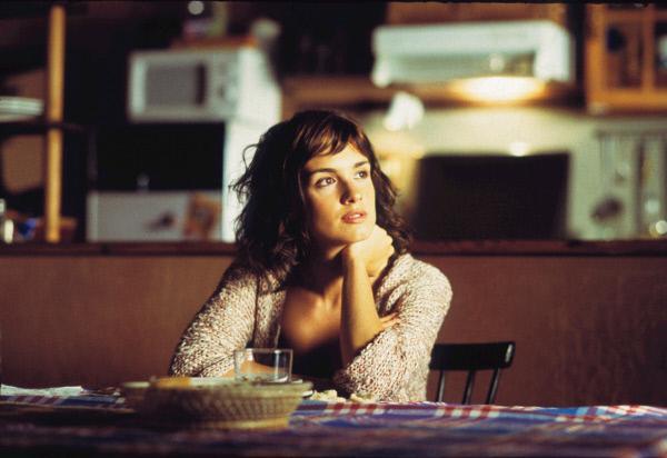 Bild 1 von 6: Lucia (Paz Vega), eine junge Frau aus Madrid, ist auf der Suche nach ihrem verschwundenen Freund auf eine Mittelmeerinsel gefahren, wo sie in einer kleinen Ferienpension eine Spur findet.