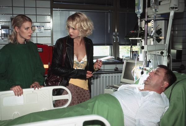 Bild 1 von 2: Zoé Karmann (Anja Boche, M.) kommt zu spät an das Sterbebett ihres Vaters Paul (Bruno Apitz, r.).