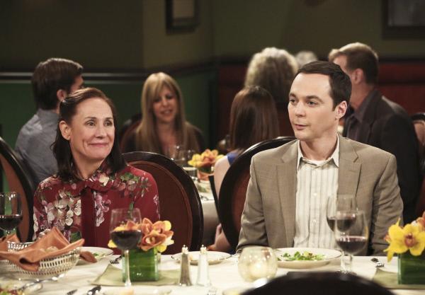 Bild 1 von 13: Sheldons (Jim Parsons, r.) Mutter Mary (Laurie Metcalf, l.) freut sich sehr darüber, dass Leonard und Penny sie bei ihrer zweiten Hochzeit dabei haben wollen. Doch Leonards Mutter Beverly macht es ihr und den anderen schwer, die Feier zu genießen ...