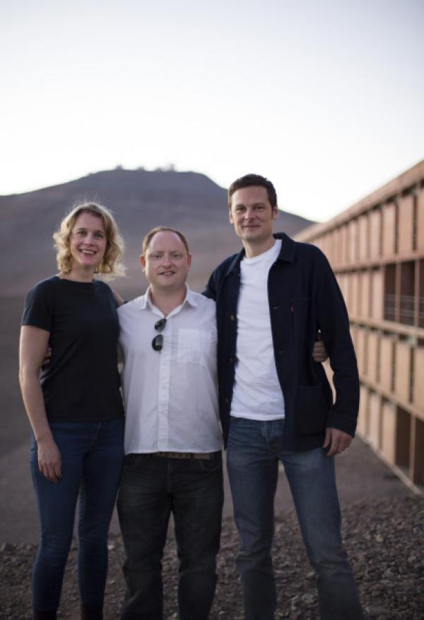 Bild 1 von 5: James Jenkins mit Danielle und Christophe in Paranal, Chile