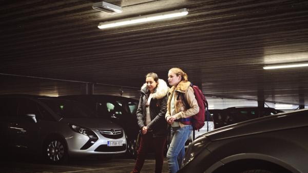 Bild 1 von 5: Die Freundinnen Dounia Bouayad (Rania Mellouli) und Cléa Aerts (Léonie Souchaud) haben einen gefährlichen Plan.