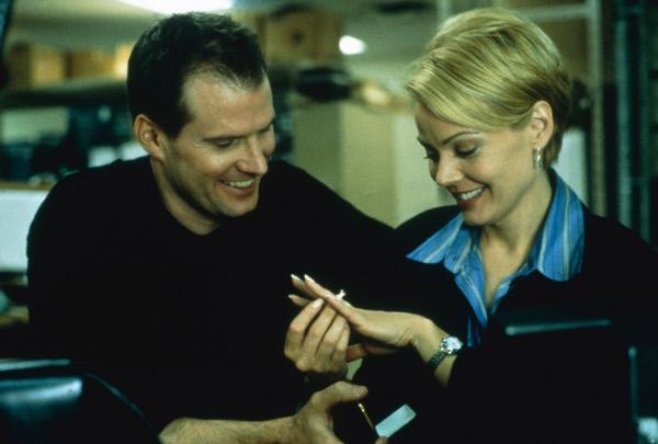 Bild 1 von 6: Vivian Henry (Gail O'Grady) und Dean Cooper (Jack Coleman) haben sich verlobt. Doch Vivians eifersüchtiger Ex-Mann, Atomphysiker Rogers, plant ein schreckliches Verbrechen.