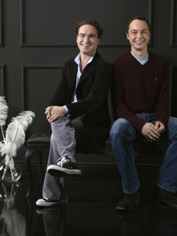Bild 1 von 17: (3. Staffel) - Zwei brilliante Physiker mit wenig Lebenserfahrung: Dr. Leonard Hofstadter (Johnny Galecki, l.) und Dr. Sheldon Cooper (Jim Parsons, r.) ...