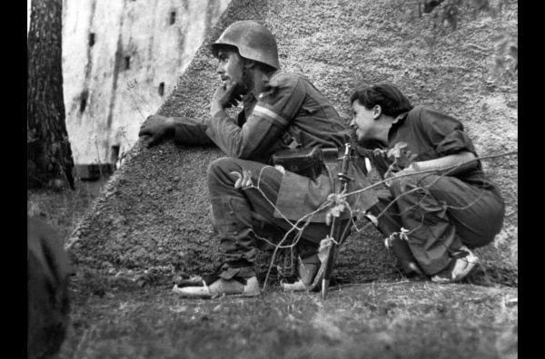 Bild 1 von 5: Als der Militärputsch in Spanien 1936 die Welt in Atem hält, beschließen Robert Capa und Gerda Taro, nach Spanien zu gehen. Gemeinsam dokumentieren sie die Gräuel des Spanischen Bürgerkriegs.