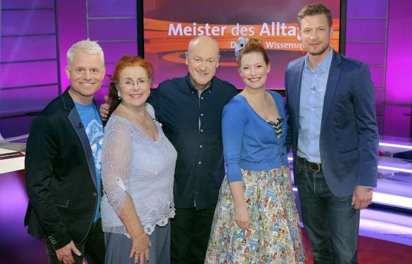 Bild 1 von 2: v.li. Guido Cantz, Alice Hoffmann, Bodo Bach, Enie van de Meiklokjes und Florian Weber.