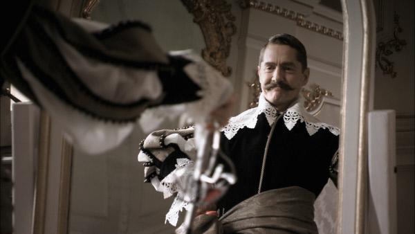 Bild 1 von 2: Schick, schick Herr Kaiser. Aber die Uniform unterstützte nicht nur die Eitelkeit von Wilhelm II. Auf Grund seines verkrümmten Arms litt er an Gleichgewichtsstörungen und Haltungsschäden. Seine Waffe wurde deshalb auch immer mal wieder zum Gehstock. Ein eindrucksvolles Accessoire, auf das man sich auch mal gut abstützen konnte.